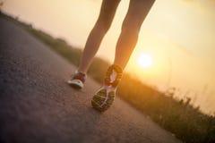 2 милых девушки jogging в утре Стоковое Изображение RF