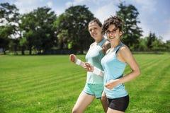 2 милых девушки jogging Стоковое Изображение