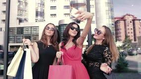 3 милых девушки-shopaholic делают selfie после ходить по магазинам акции видеоматериалы