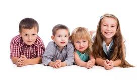 4 милых дет лежа на поле Стоковые Изображения RF