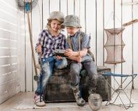 2 милых дет делая selfie на ретро камере Стоковая Фотография