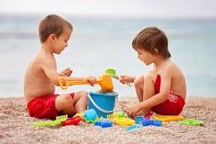 2 милых дет, играя в песке Стоковая Фотография