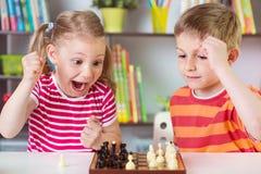 2 милых дет играя шахмат Стоковое фото RF