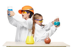 2 милых дет на делать урока химии Стоковое Фото