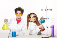 2 милых дет на делать урока химии Стоковые Фотографии RF