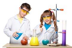 2 милых дет на делать урока химии Стоковое фото RF