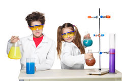 2 милых дет на делать урока химии Стоковые Изображения RF