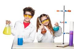 2 милых дет на уроке химии Стоковые Изображения