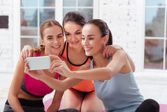 3 милых женщины делая selfie после тренировок Стоковая Фотография