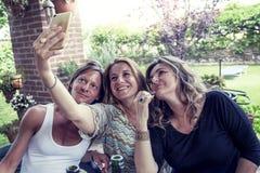 3 милых зрелых женщины принимают selfie Стоковое Изображение RF