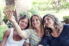 3 милых зрелых женщины принимают selfie Стоковые Изображения RF