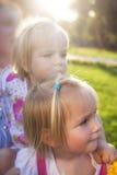 2 милых маленьких близнеца в парке Стоковое Изображение