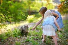 2 милых маленьких сестры и кот Стоковое Фото