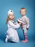 2 милых маленькой девочки играя доктора Стоковые Изображения RF