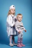 2 милых маленькой девочки играя доктора Стоковая Фотография