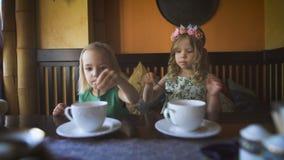 2 милых маленькой девочки имеют чай в кафе акции видеоматериалы