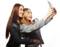 2 милых молодой женщины принимая автопортрет Стоковые Изображения