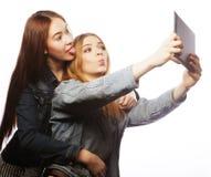 2 милых молодой женщины принимая автопортрет Стоковые Фотографии RF