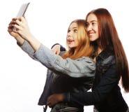 2 милых молодой женщины принимая автопортрет Стоковые Изображения RF