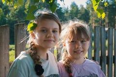 2 милых подруги подростков в парке - лете внешнем Стоковое Изображение RF