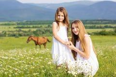 2 милых сестры на луге стоцветов Стоковое Изображение
