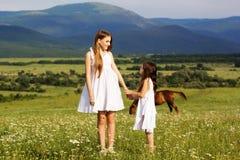 2 милых сестры на луге стоцветов Стоковые Изображения