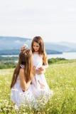 2 милых сестры на луге стоцветов Стоковые Фото