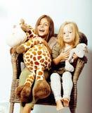 2 милых сестры дома играя, маленькая девочка в интерьере дома, концепции людей образа жизни Стоковая Фотография RF