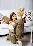 2 милых сестры дома играя, маленькая девочка в интерьере дома, концепции людей образа жизни Стоковое Изображение RF