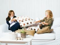 2 милых сестры дома играя, маленькая девочка в интерьере дома Стоковое Изображение