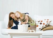 2 милых сестры дома играя, маленькая девочка в интерьере дома Стоковые Изображения