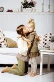 2 милых сестры дома играя, маленькая девочка в интерьере дома Стоковые Фотографии RF