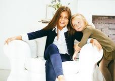 2 милых сестры дома играя, маленькая девочка в интерьере дома Стоковое Фото