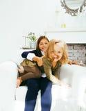 2 милых сестры дома играя, маленькая девочка в интерьере дома Стоковая Фотография
