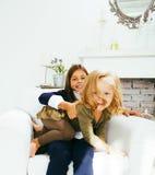 2 милых сестры дома играя, маленькая девочка в интерьере дома Стоковое фото RF