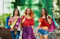 3 милых сестры с хозяйственными сумками Стоковые Фото