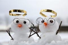 2 милых угла снеговика с золотыми венчиками Стоковое Фото