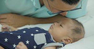 Младенец азиатского отца лаская сток-видео