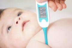 Младенец больной с измерять электрический термометр Беда лихорадки ребенка стоковое фото rf