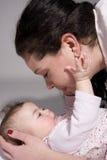 младенец вне достигая стоковое фото