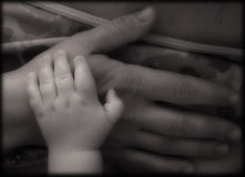 младенец вручает мать Стоковые Фотографии RF