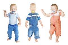 Младенец всасывая Pacifier, группу детей младенца всасывает куклу Soother стоковое изображение