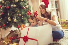 Младенец в подарочной коробке на утре рождества Стоковая Фотография RF