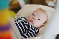 Младенец в стуле хвастуна стоковая фотография