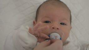 Младенец гигиены newborn сток-видео