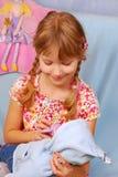 младенец - девушка куклы немногая играя Стоковые Изображения RF