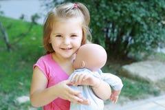 младенец - девушка куклы немногая играя Стоковые Фото