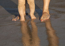Младенец делая его первые шаги на пляже Стоковое фото RF