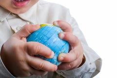 Младенец держа глобус стоковое изображение