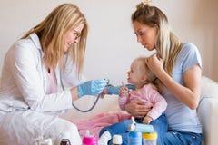 Младенец доктора педиатра посещая дома Стоковое Изображение